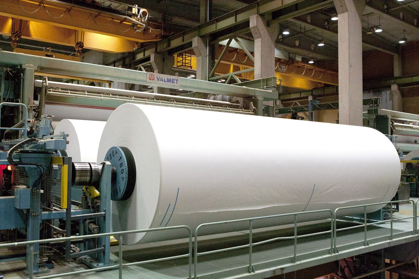 Tehtaan sulkemissuunnitelma koskee kolmea paperikonetta ja vähentää graafisten paperien kapasiteettia 720 000 tonnilta. Aihekuva UPM-Kymmene Jokilaakson tehtaalta.