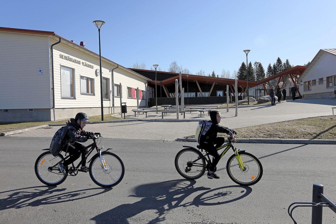 Kirjoittajat muistuttavat, että koulumatkan voi kulkea pyörällä ensimmäisestä luokasta lähtien, jos huoltajat kokevat matkan turvalliseksi.