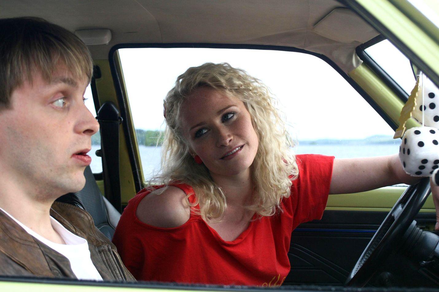 Reino Nordin ja Malla Malmivaara ovat nuoret rakastavaiset 1980-luvulle sijoittuvassa elokuvassa, jossa raikaa Manserock.