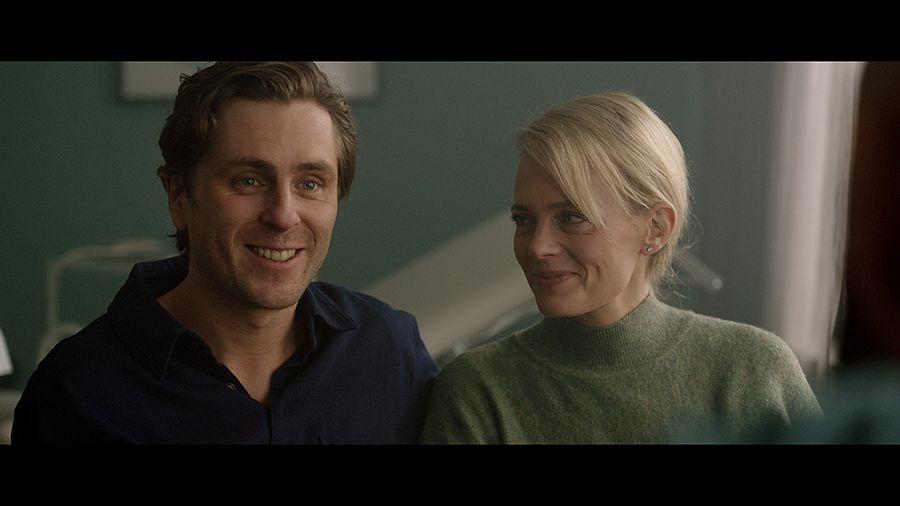 Mallina työskentelevä Peter (Sverrir Gudnason) ja lääkäri Clara (Josephine Bornebusch) ovat vakiintuneet ja yrittävät saada lasta.