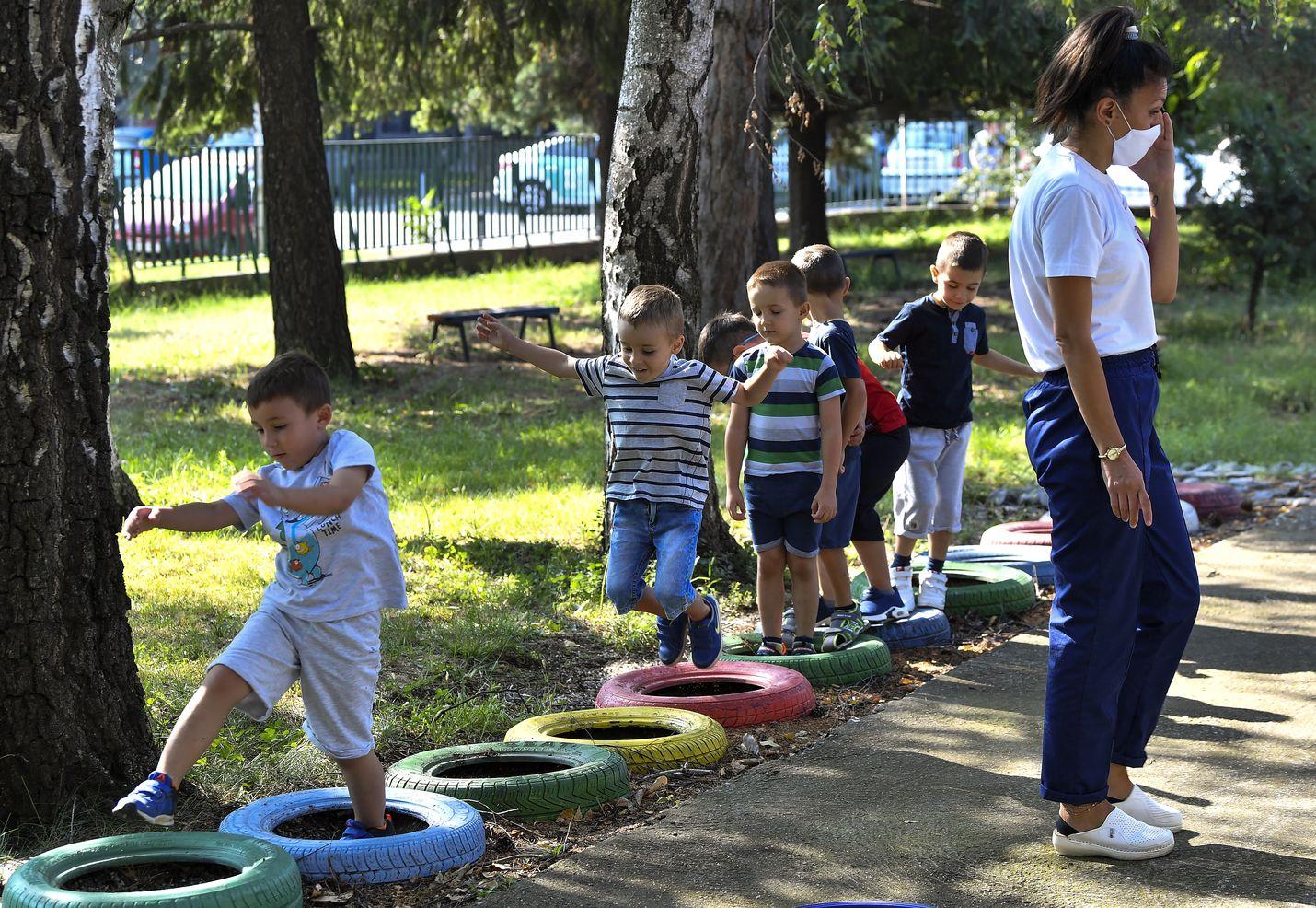 Lapset leikkivät keskiviikkona Skopjessa päiväkodissa, joka avautui pitkän tauon jälkeen. Päiväkodit suljettiin maaliskuussa koronapandemian takia.