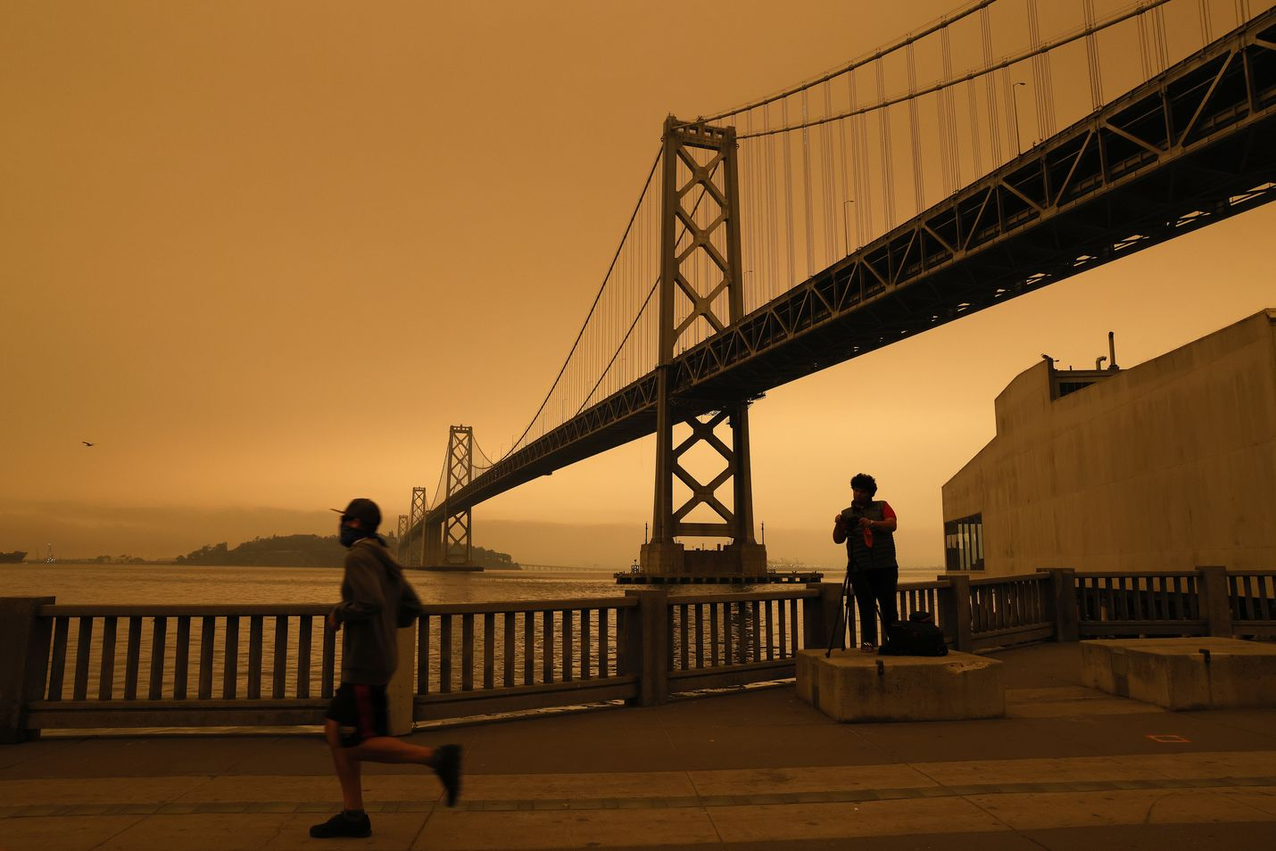 Kaliforniassa riehuvista maastopaloista nouseva savu muutti taivaan oranssiksi San Franciscossa 9. syyskuuta.