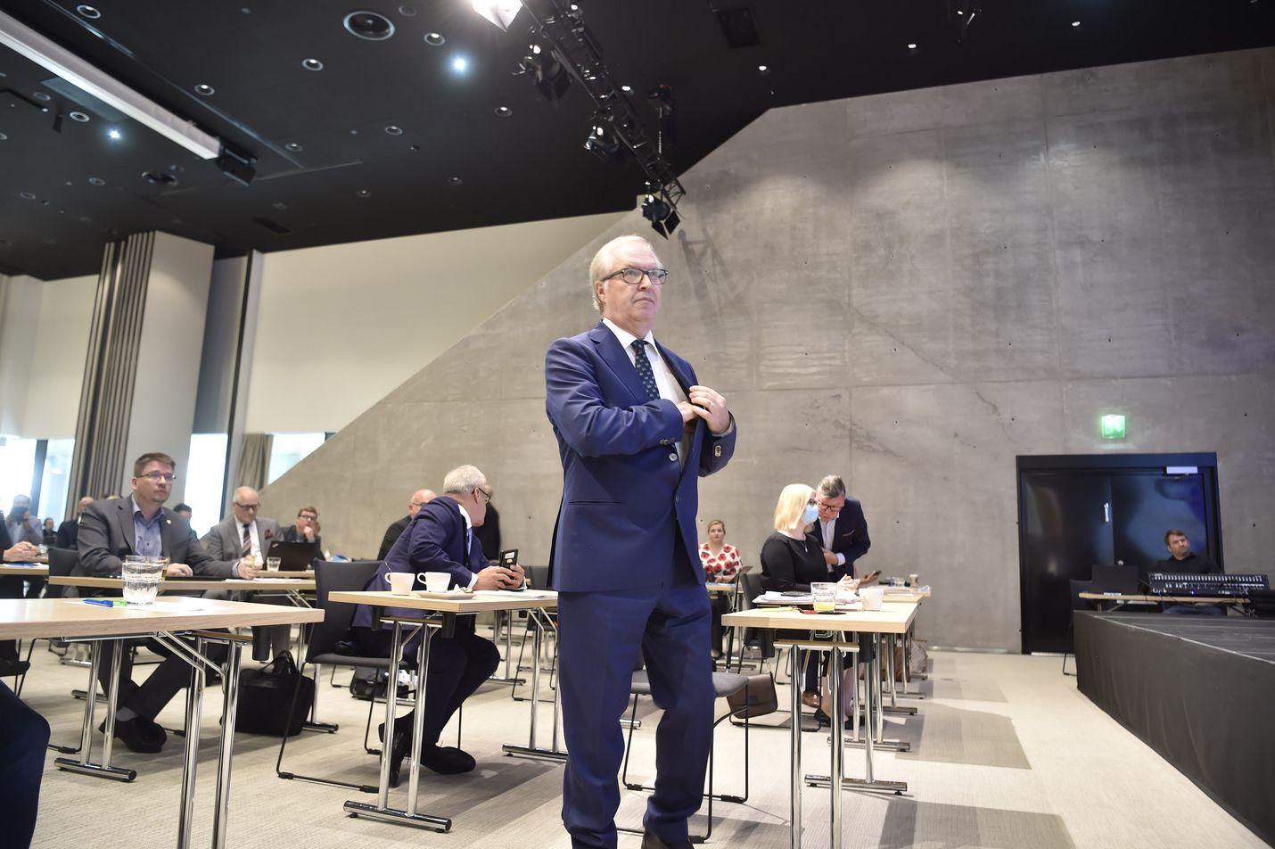 Sture Fjäder valittiin elokuussa jatkamaan Akavan puheenjohtajana, jota tehtävää hän on hoitanut jo vuodesta 2011. Hänen vastaehdokkaanaan oli palvelujohtaja Maria Teikari.