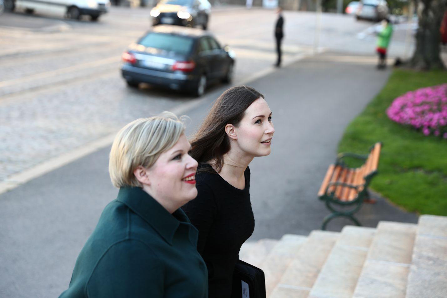 Tiede- ja kulttuuriministeri Annika Saarikko ja pääministeri Sanna Marin saapuivat toiveikkaina hallituksen budjettiriiheen maanantaiaamuna.