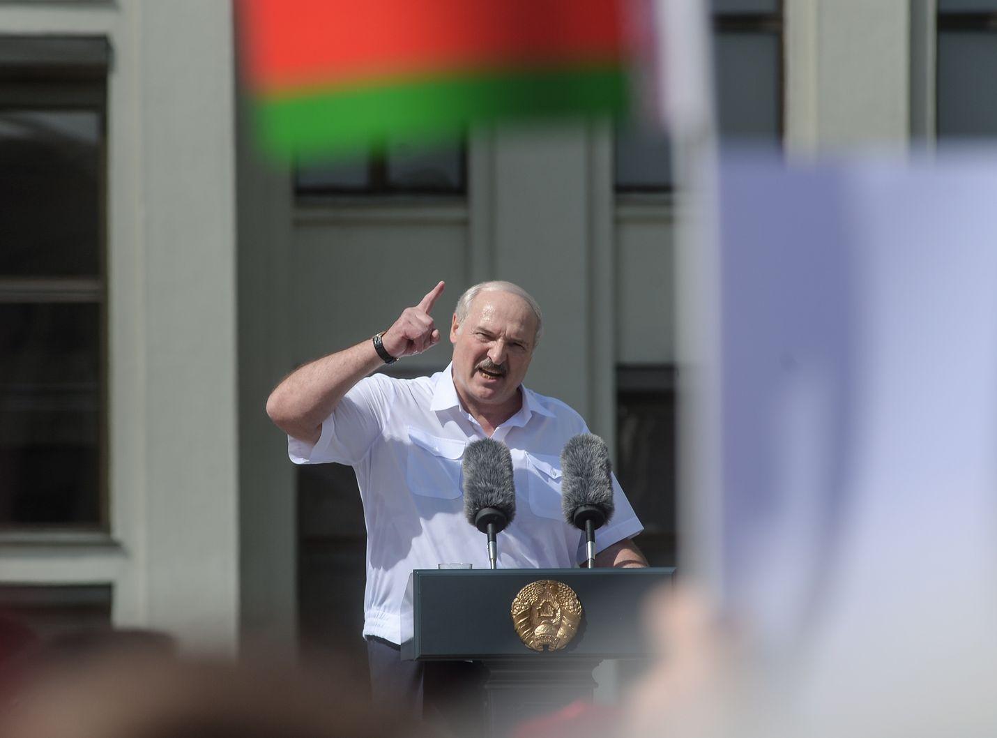 Valko-Venäjän presidentti Aleksandr Lukashenko puhui kannattajilleen maan pääkaupungissa Minskissä 16. elokuuta. Maanantaina Lukashenko tapaa Venäjällä presidentti Vladimir Putinin.