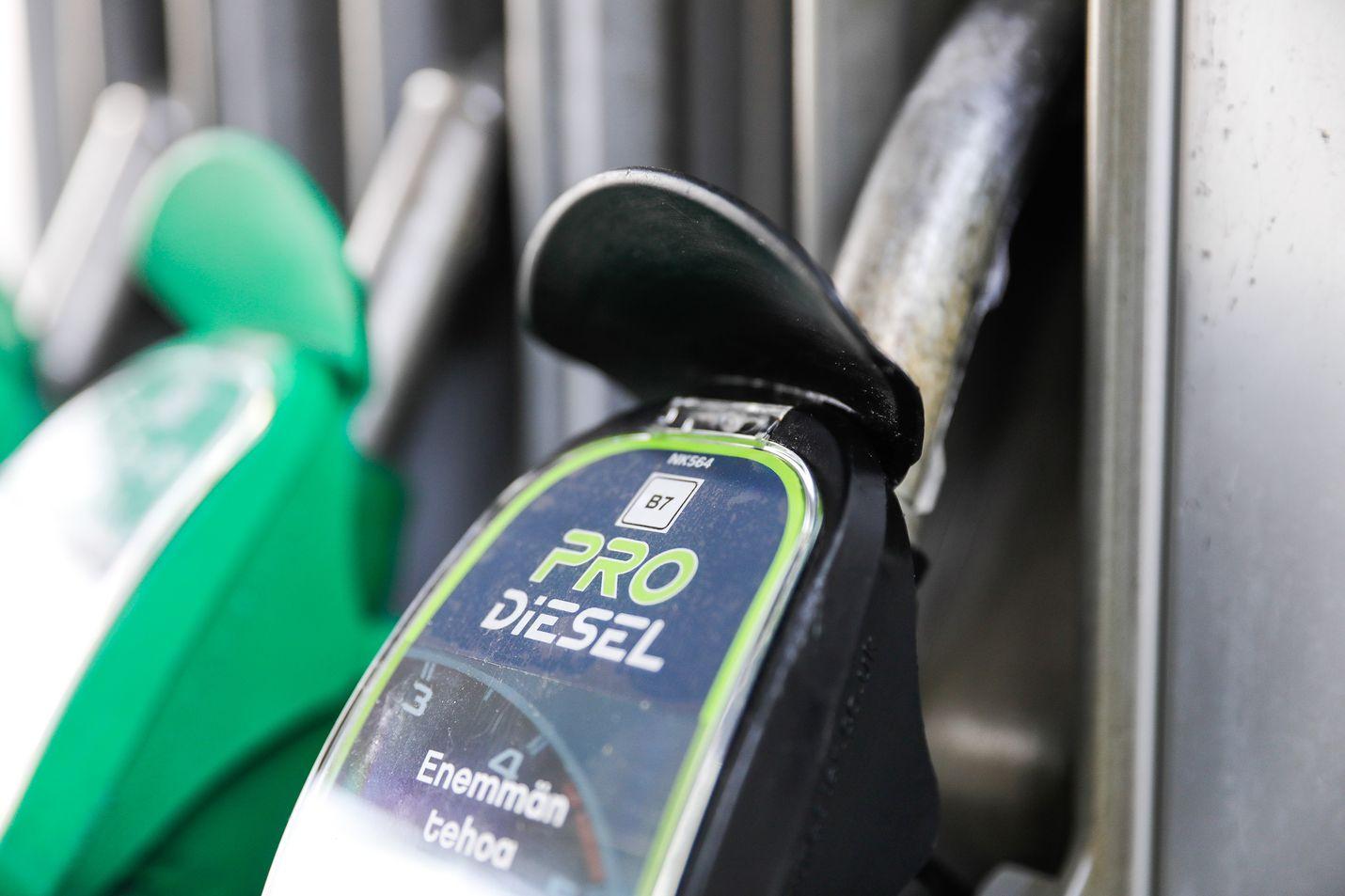 Nesteellä on Suomessa noin 800 jakeluasemaa. Vaikka yhtiö panostaa yhä enemmän uusiutuviin raaka-aineisiin, ei Naantalin jalostamon sulkemiseen liity suunnitelmaa fossiilisen öljynjalostuksen nopeutetusta vähentämisestä.