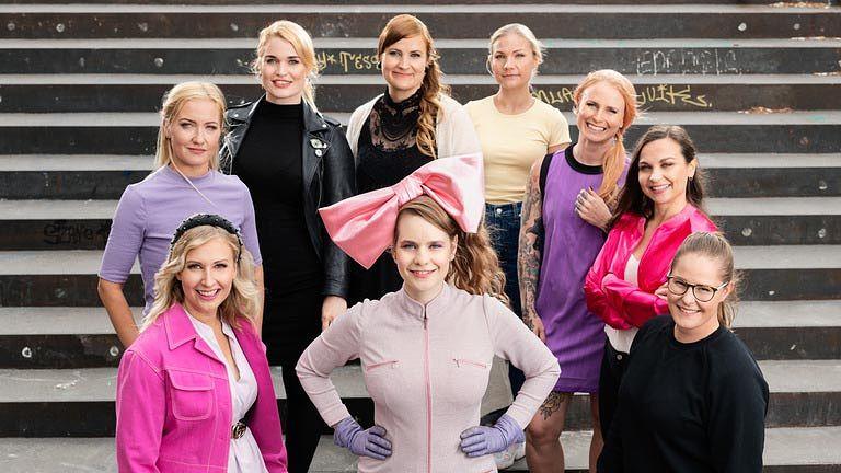 Miina (vas. edessä), Elina, Iida, Eija, Carita, Stina, Jaana, Ursula pitivät videopäiväkirjaa koronakeväänä. Keskellä toimittaja Ina Mikkola.