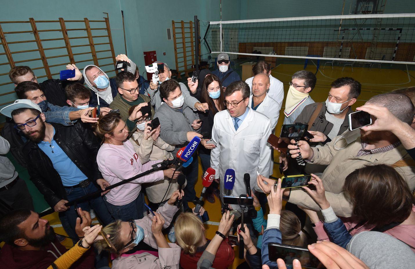 Omskin sairaalan johtava lääkäri Alexander Murakhovsky kommentoi tiedotusvälineille Aleksei Navlanyin vointia, kun häntä vielä hoidettiin Venäjällä. Lääkärin mukaan myrkytyksestä ei ollut merkkejä. Johtavan lääkärin toimistossa istui BBC:n mukaan Venäjän turvallisuuspalveluiden väkeä.