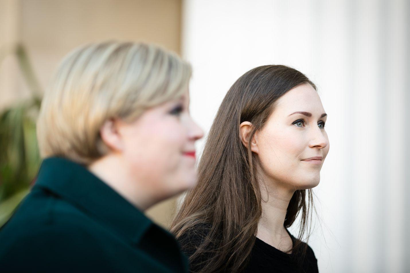 Budjettiriihi jatkuu tiistaina puheenjohtajien kesken. Keskustan puheenjohtaja Annika Saarikko ja sdp:n puheenjohtaja Sanna Marin saapuivat maanantaina Säätytalolle.