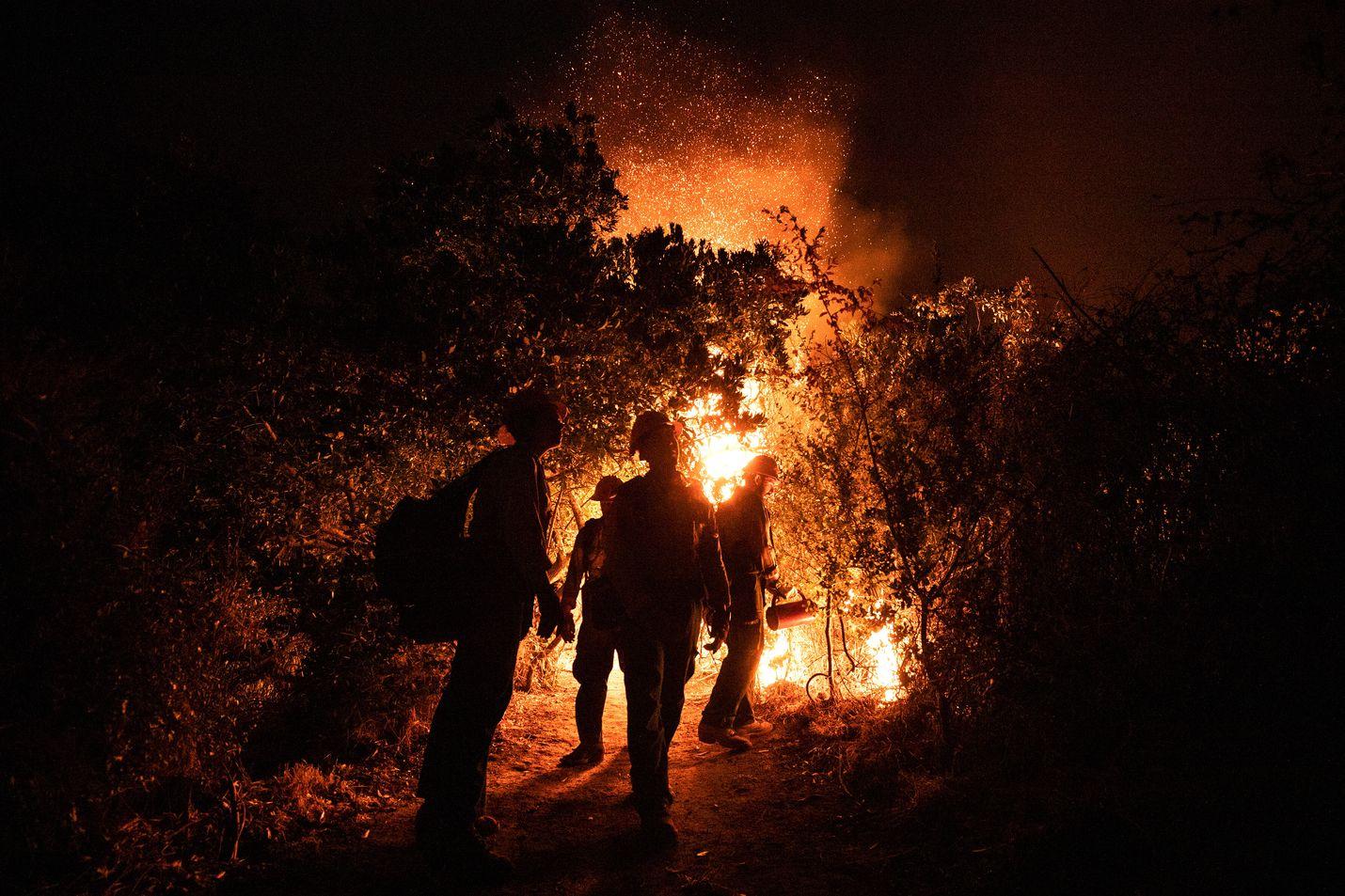 Pelastustyöntekijät sammuttivat maastopaloa lähellä Arcadian aluetta Kaliforniassa sunnuntaina 13. syyskuuta.