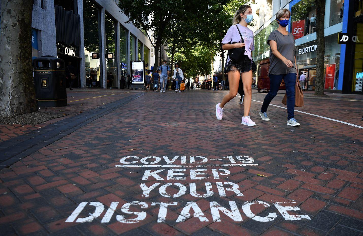 Katuun kirjoitettu teksti muistutti välimatkan pitämisestä koronavirustilanteen takia Birminghamissa Britanniassa 13. syyskuuta. Birmingham on yksi pahiten koronaviruksesta kärsineistä kaupungeista Britanniassa.