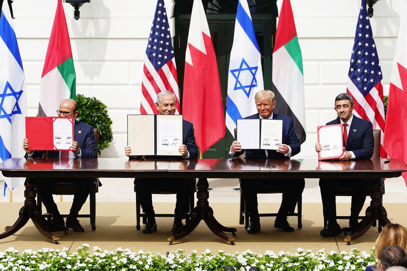 Bahrainin ulkoministeri Abdullatif al-Zayani, Israelin pääministeri Benjamin Netanjahu, Yhdysvaltojen presidentti Donald Trump ja Arabiemiraattien ulkoministeri Abdullah bin Zayed bin Sultan Al Nahyan allekirjoittivat tiistaina Valkoisessa talossa sopimuksen, joka normalisoi maiden väliset suhteet.