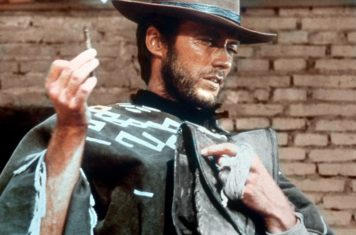Kourallinen dollareita -länkkärissä Clint Eastwood on muukalainen, joka rauhoittaa levotonta pikkukaupunkia ronskein ottein.