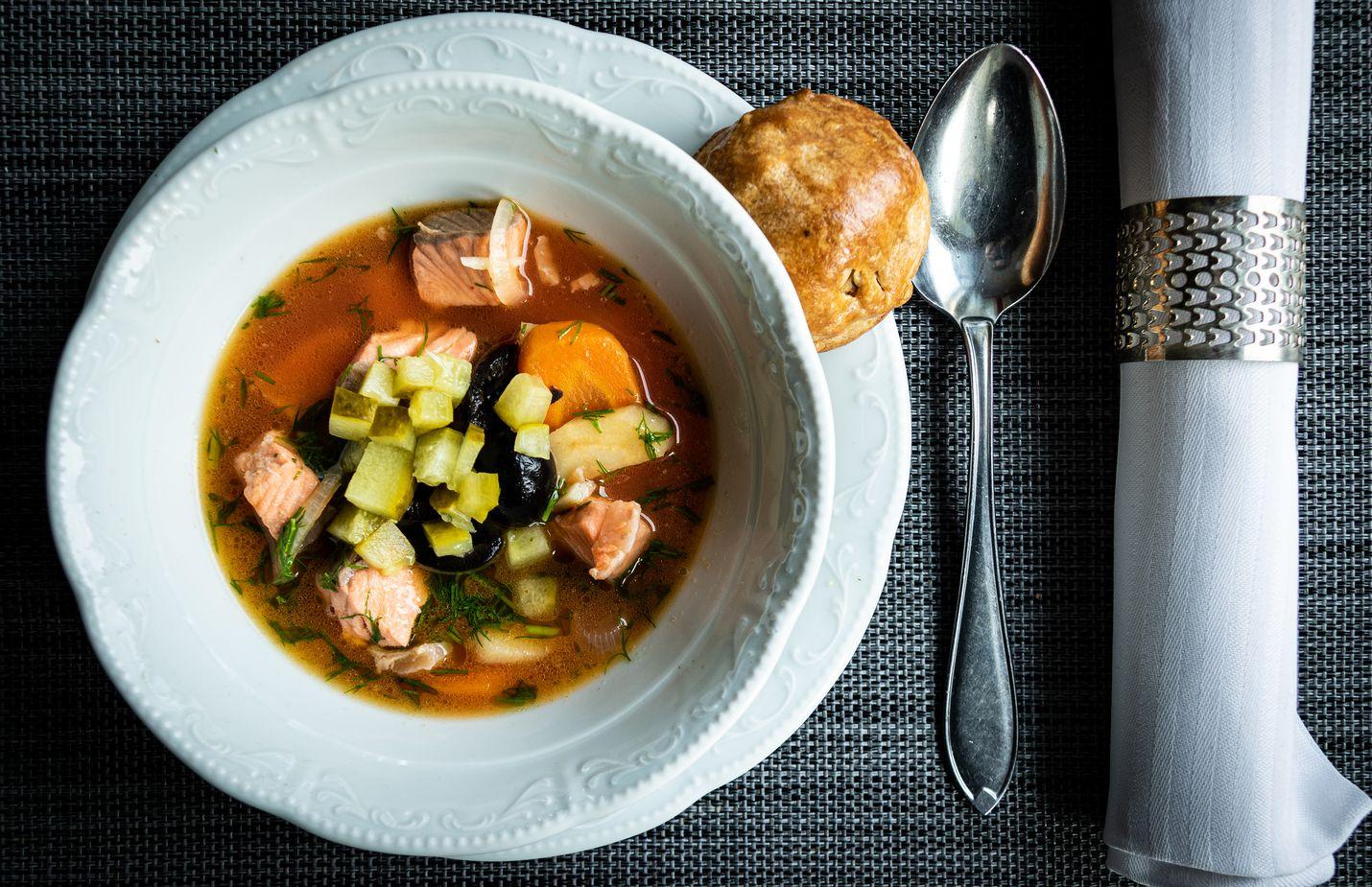Tomaattisose, suolakurkut ja oliivit tuovat lisää makua lohiseljankaan, joka tarjoillaan sienipiiraan kera.