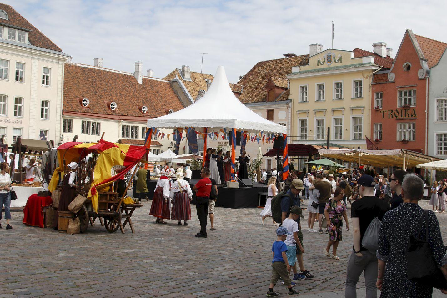 Ihmiset osallistuivat keskiaikapäiville Tallinnassa elokuun 16. päivä. Viro kiristää alkoholin myyntiä koskevia rajoituksia ensi viikolla.
