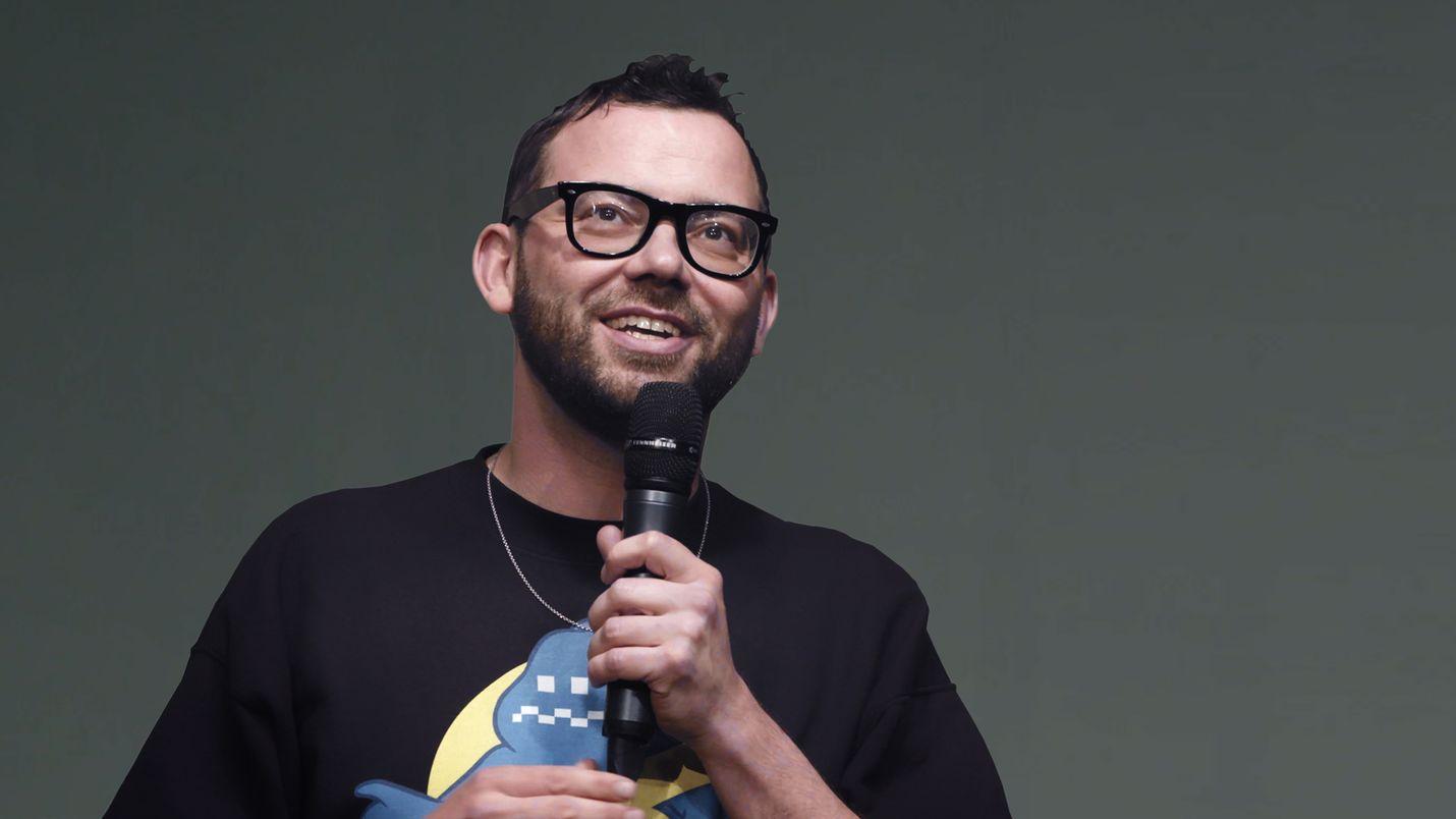 Islantilainen sarjakuvataiteilija ja stand up -koomikko Hugleikur Dagsson esiintyi Helsingissä toukokuussa 2019.