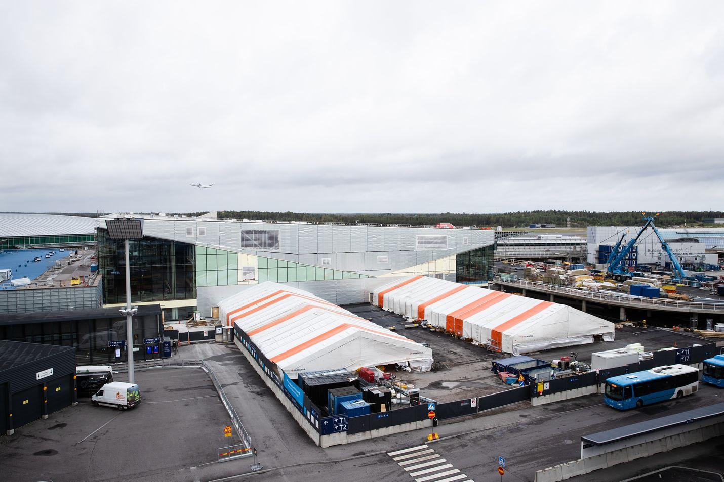 Terminaali 2:n uusi pääsisäänkäynti valmistuu oikealla, jossa näkyy sininen nosturi ja paljon työmaatavaraa. Sen edustalle tulee matkustajien saattoalue.