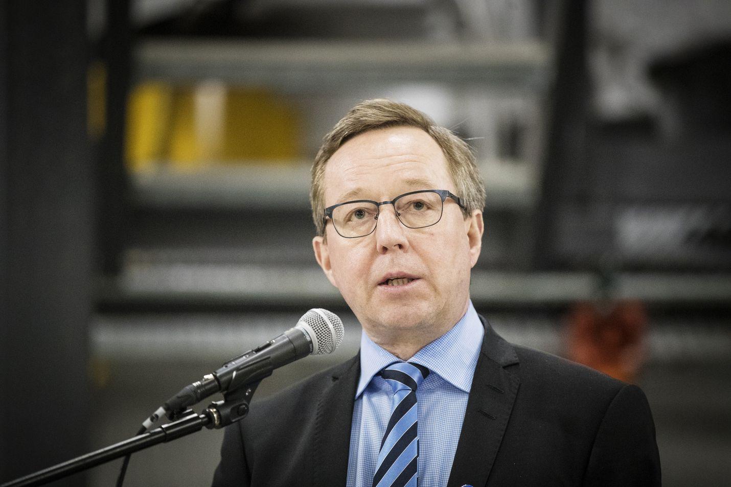 Elinkeinoministeri Mika Lintilän (kesk.) mukaan Naantaliin valitaan selvityshenkilö. Neste kaavailee öljyjalostamon lakkautusta kaupungista.