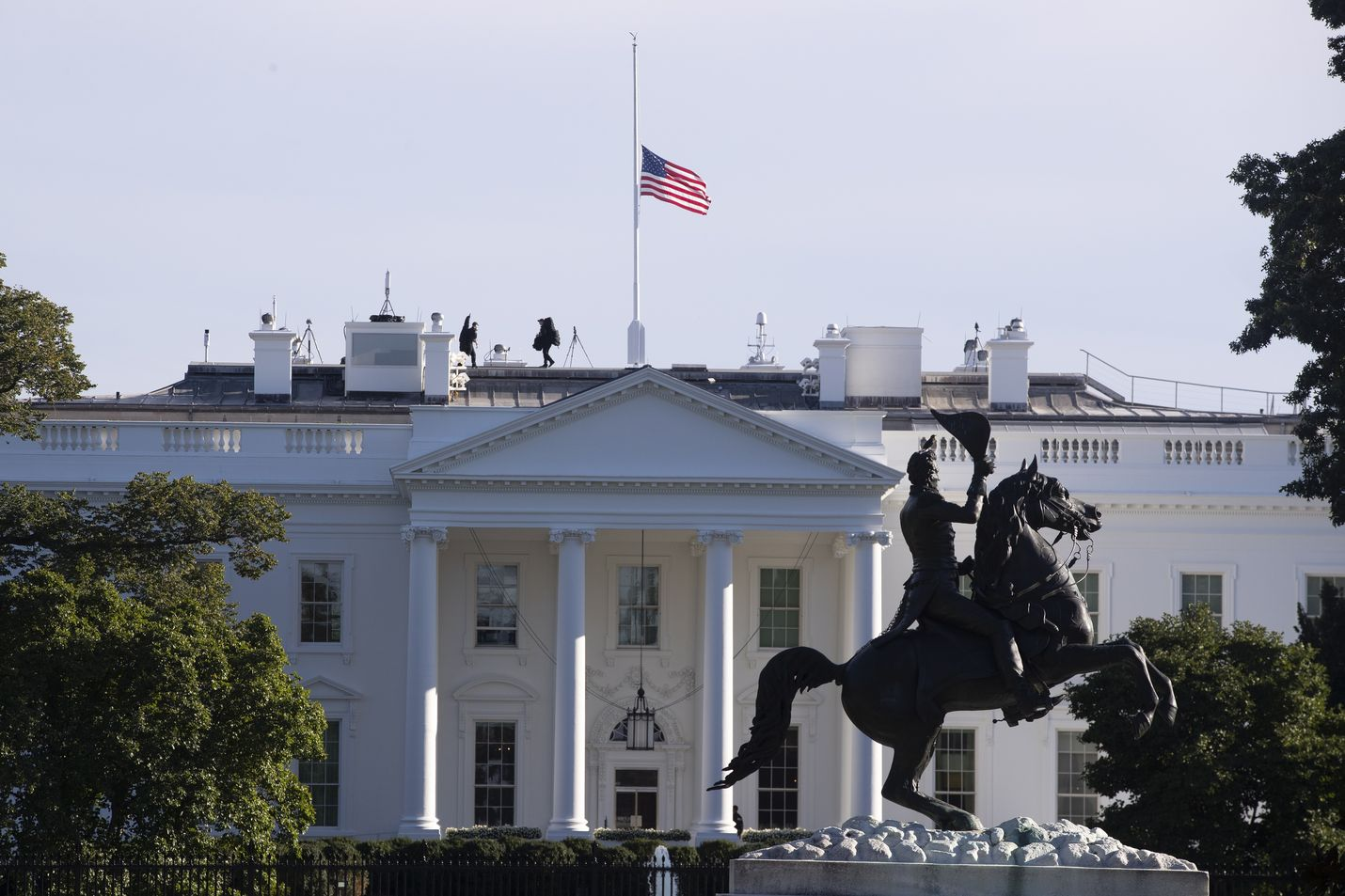 Kaikki Valkoiseen taloon lähetettävä posti tarkastetaan ennen sen jakamista presidentille tai hänen virkakunnalleen.