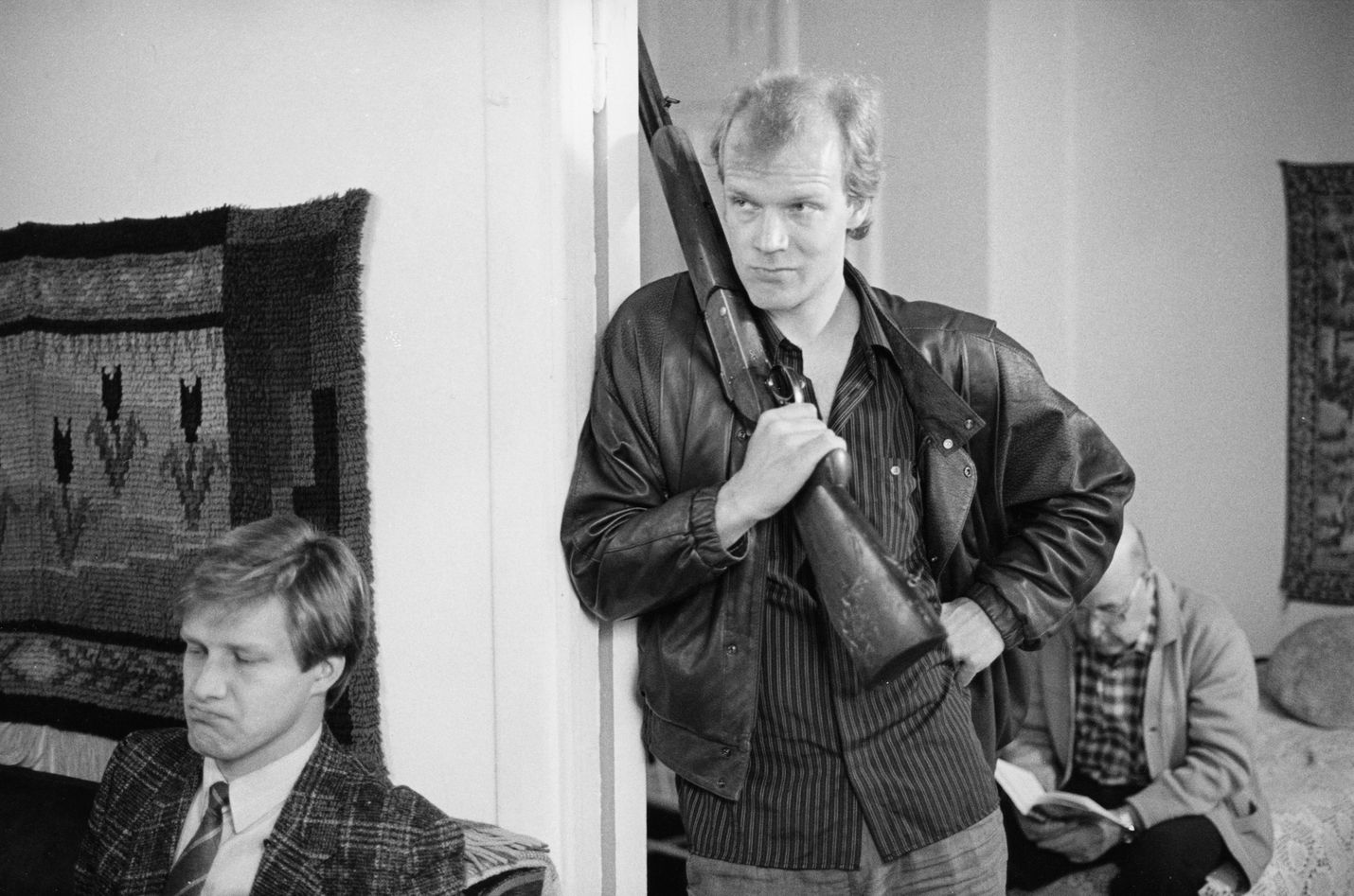 Raiskatun naisen aviomies (Taneli Mäkelä) ja veli (Kari Heiskanen) häilyvät paniikkitunnelmissa kotimaisessa draamassa.
