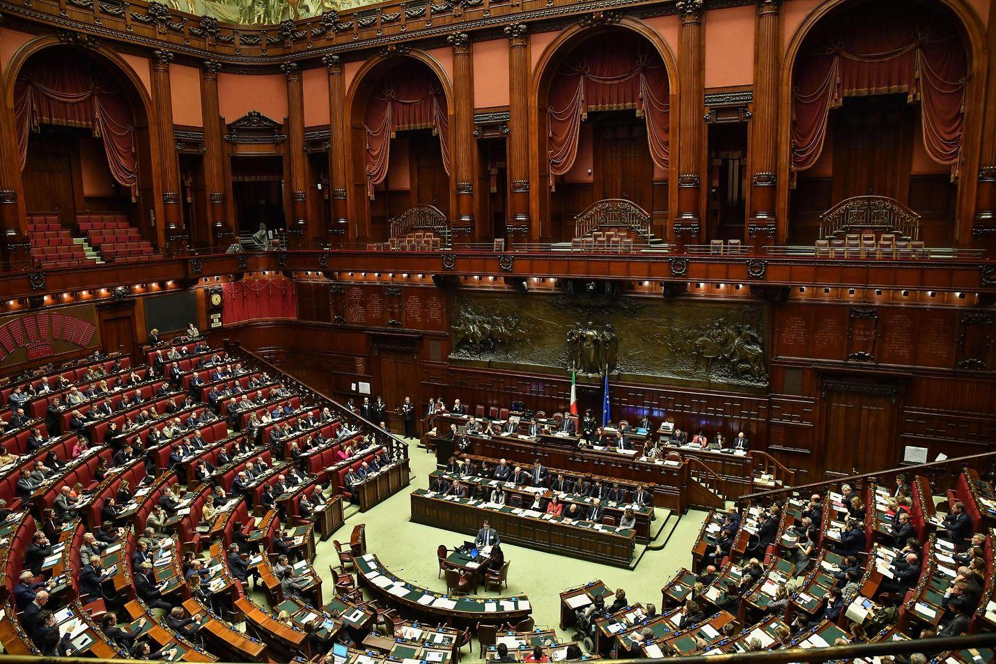 Italian parlamentin alahuoneen koko pienenee 630 edustajasta 400:aan seuraavalla vaalikaudella.