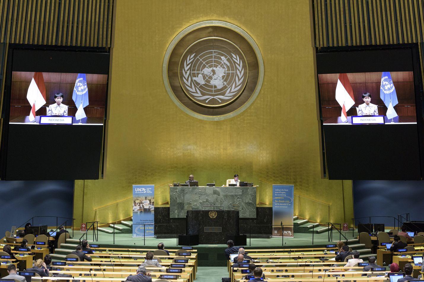 YK:n 75-vuotisjuhlaistunnossa New Yorkissa maanantaina olivat turvavälit kunniassa, paikalla oli vain noin kymmenesosa kokouksen normaalista osanottajien määrästä. Valtionpäät puhuvat tiistaista lähtien siellä videon välityksellä.