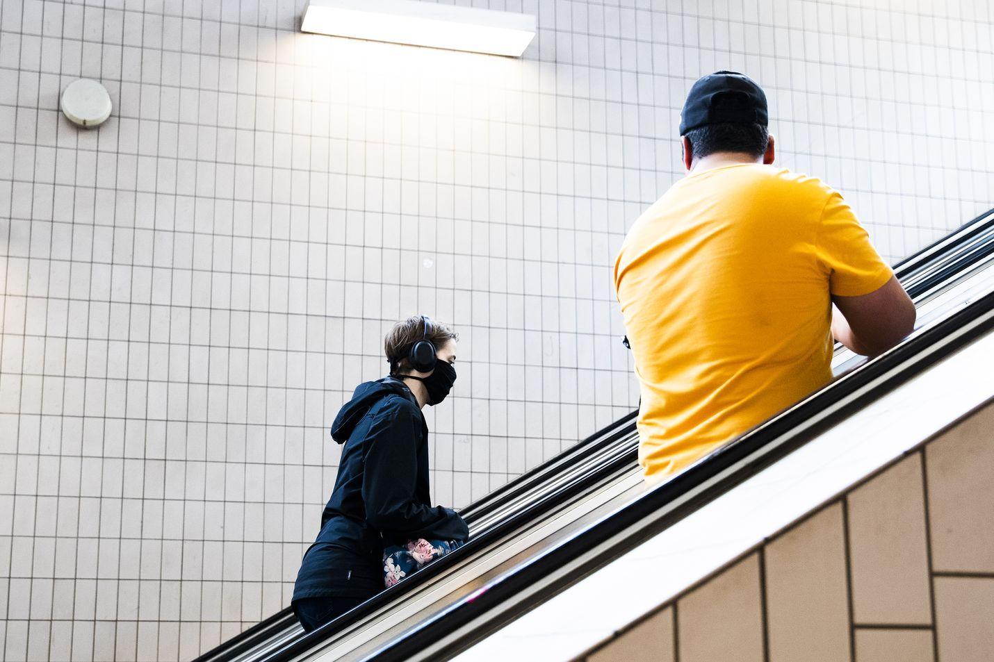 THL:n uusien maskisuositusten mukaan maskia tulisi käyttää kiihtymisvaiheessa hyvin suuressa osassa julkisia tiloja.