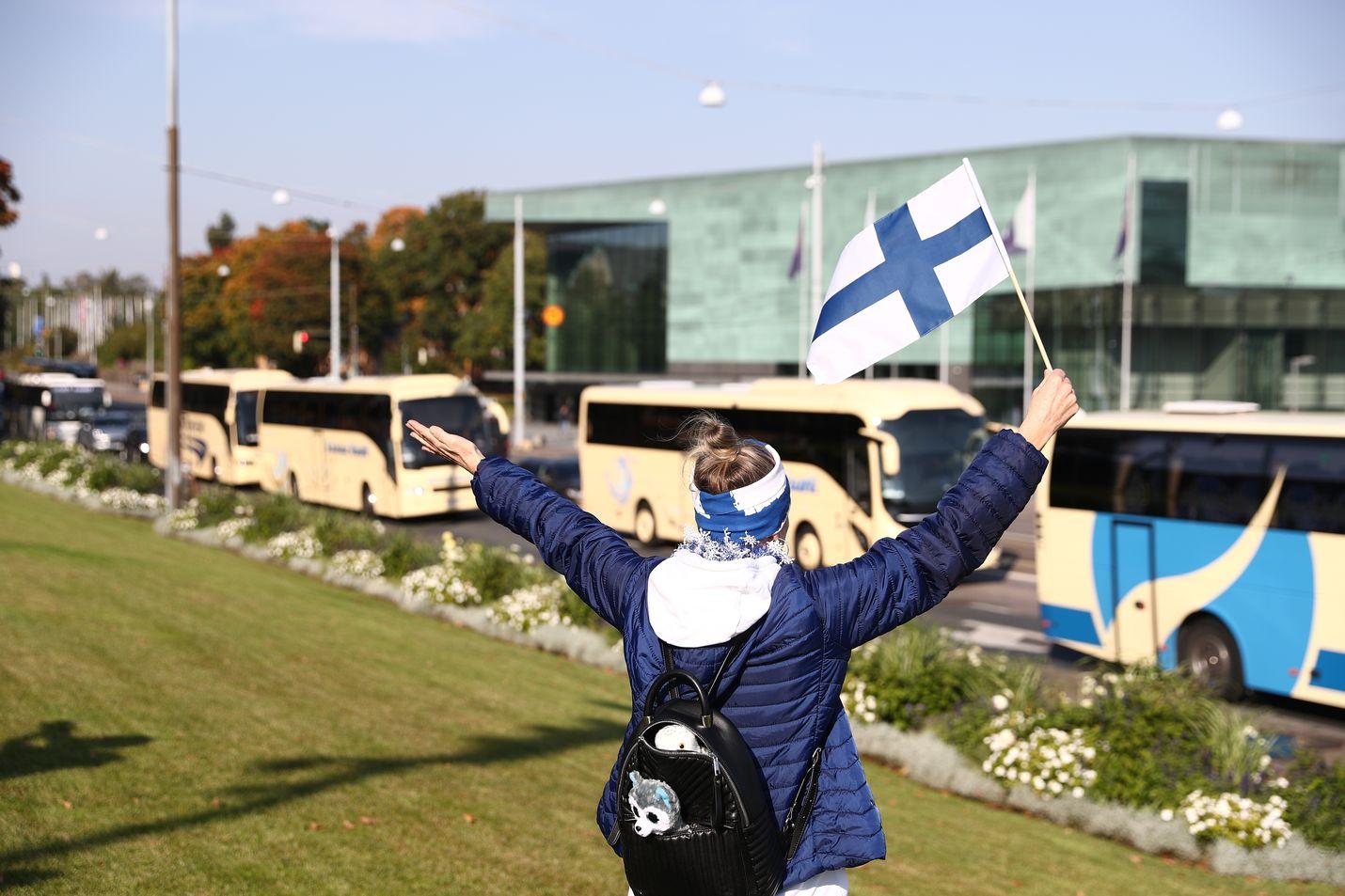 Samaan aikaan mielenilmauksen kanssa hallitus päätti uusista maahantulon rajoituksista, jotka tulevat voimaan ensi viikon maanantaina. Mielenilmaukseen osallistui yli 20 turistibussia eri puolilta Suomea.