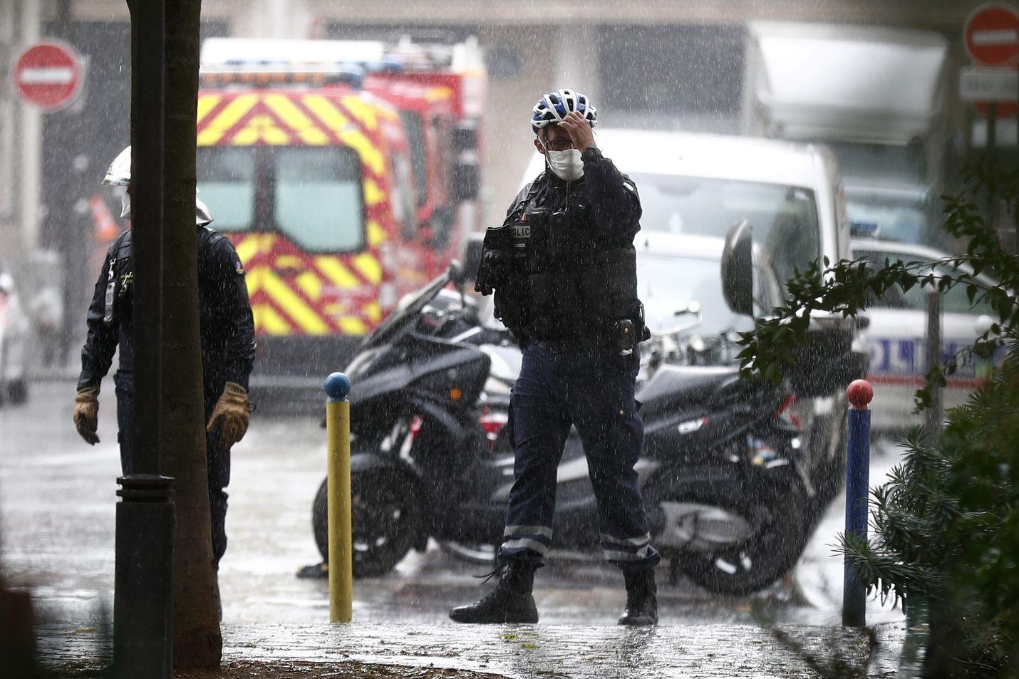 Satiirilehti Charlie Hebdon toimituksen lähistöllä sattunut puukkoisku käynnisti mittavan poliisioperaation Pariisissa.