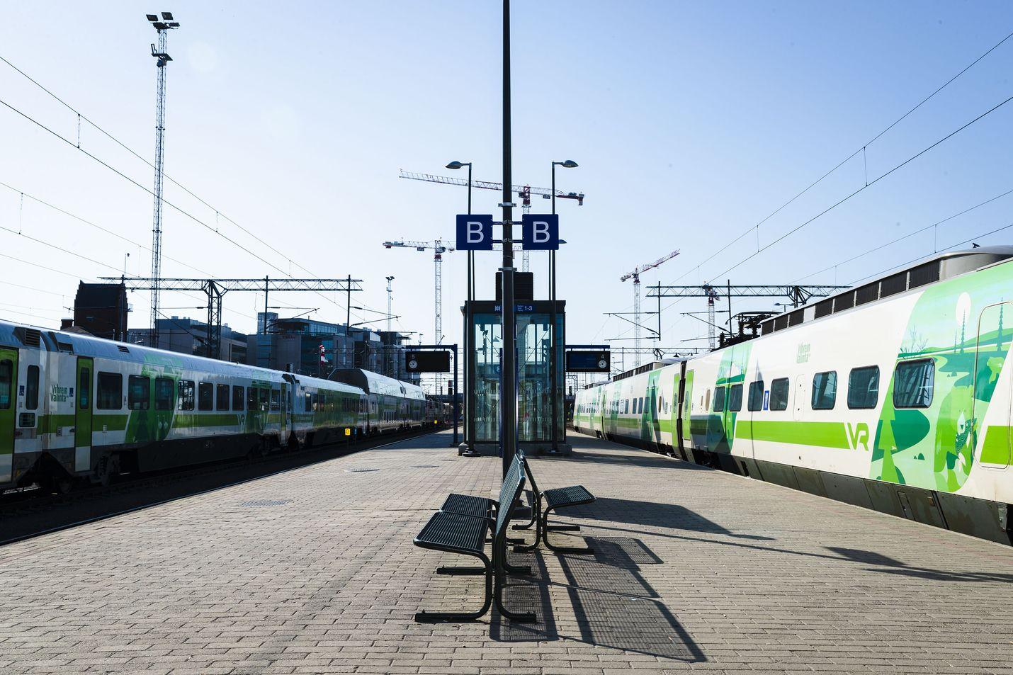 Pasilan sähköratavaurio pani koko maan kaukoliikenteen sekaisin. Myöhästymiset koskivat kaikkia Helsingistä lähteviä ja sinne saapuvia Tampereen ja Kouvolan suunnan kaukojunia.