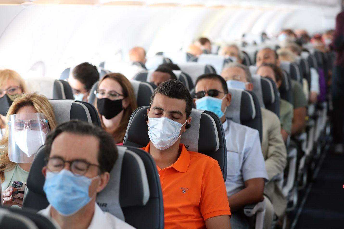 Matkustajat suojautuivat visiireillä ja hengityssuojaimilla lentokoneessa, joka nousi ilmaan Kairon lentäkentältä syyskuun lopussa.