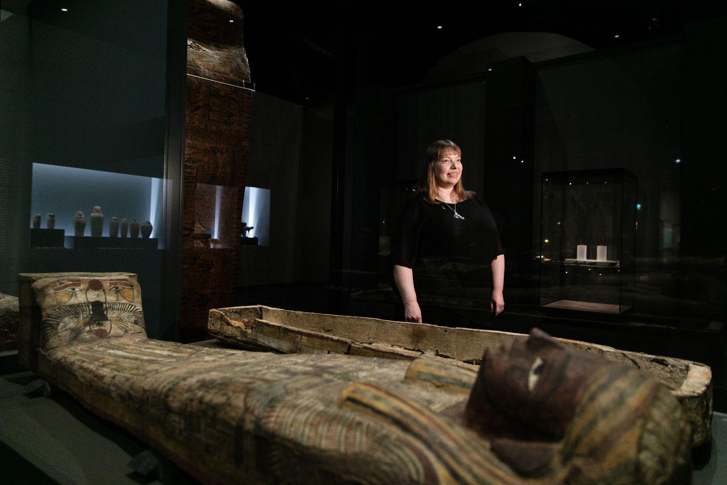 Mia Meri seisoo muinaisen egyptiläisen Nesimendjemin ihmisen muotoisen arkun vieressä. Arkun sisäpohjassa on Taivaan jumalan Nutin kuva. Arkku on Nutin kohtu, josta vainaja herää joka aamu auringon tapaan uudelleen henkiin.