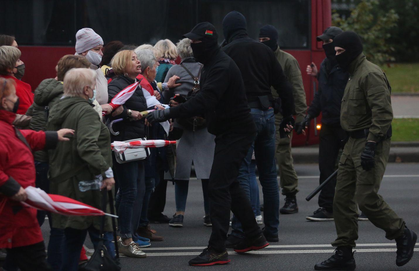 Valkovenäläiset eläkeläiset väittelivät poliisien kanssa maanantaina Minskissä järjestetyn mielenosoituksen aikana.