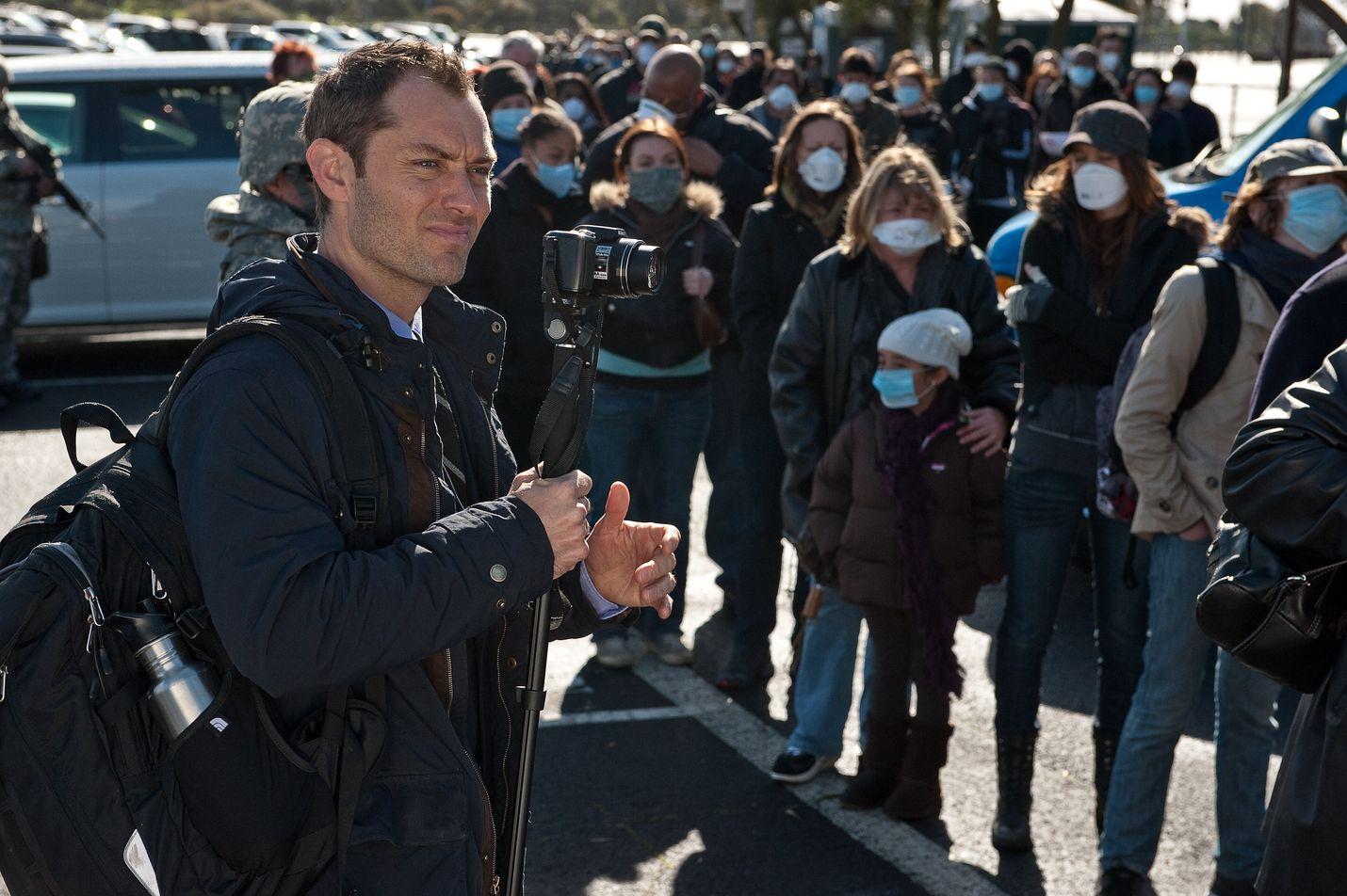 Kymmenisen vuotta vanha elokuva Tartunta (Contagion) kertoo Aasiasta leviävästä tappavasta viruksesta. Jude Law esittää videobloggaria, joka ei usko virallisiin tietoihin viruksesta ja sen hoidosta, vaan levittää salaliittoteorioita ja vaihtoehtohoitoja.