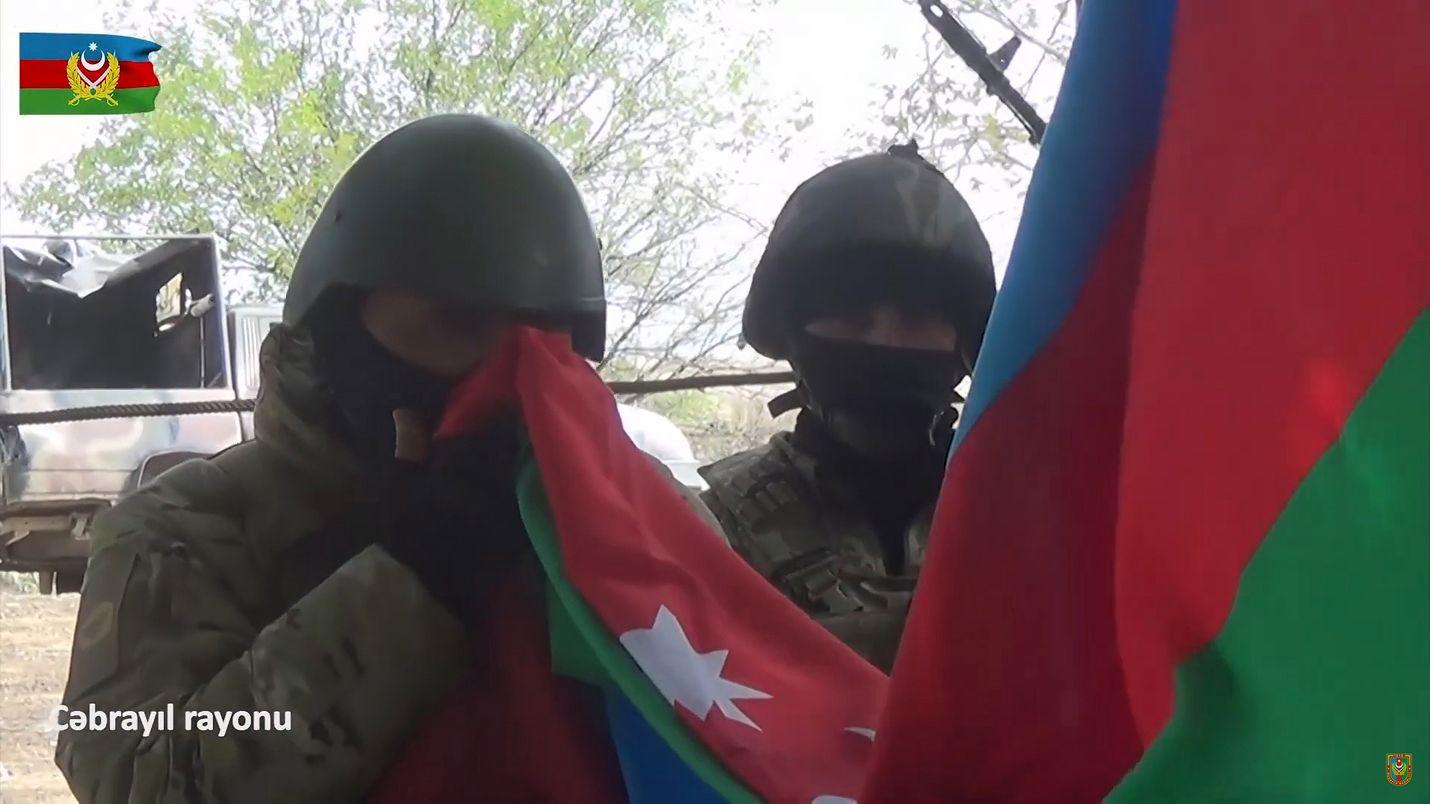 Azerbaidzhanin puolustusministeriön julkistamassa videokuvassa sen sotilaat tervehtivät maan lippua asettaessaan sitä Armenialta valtaamansa Jabrayilin alueelle 9. lokakuuta.