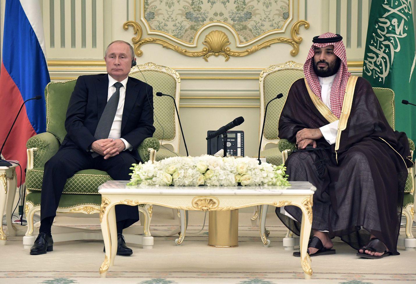 Presidentti Vladimir Putinin (vas.) Venäjä ja kruununprinssi Muhammad Bin Salmanin Saudi-Arabia istuvat luultavasti seuraavat vuodet YK:n ihmisoikeusneuvostossa. Arkistokuva.