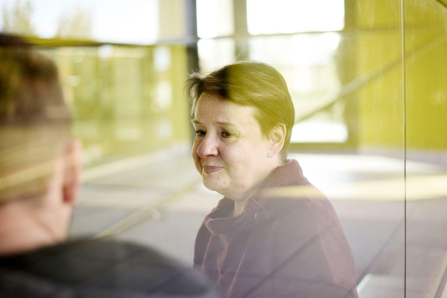 STM:n kansliapäällikkö Kirsi Varhila kertoo kolumnissaan, kuinka hallitus päätyi keväällä siihen, että kasvomaskeja ei suositella. Hänen mukaansa nyt tieto maskien osalta on lisääntynyt.