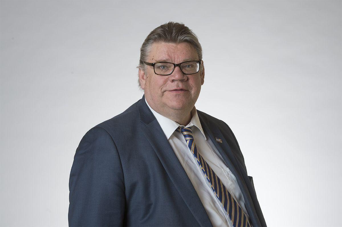 Entinen ulkoministeri Timo Soini (sin.) aiheutti aikoinaan kohun osallistumisellaan abortinvastaiseen kulkueeseen. Luottamus heltisi eduskunnasta selvin numeroin.