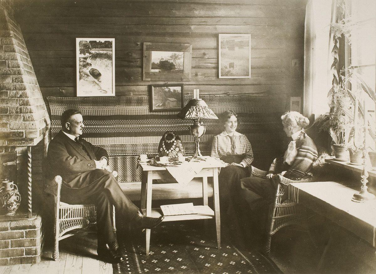 Jean ja Aino Sibelius tyttärensä Ruth Snellmanin kanssa Ainolan ruokasalin nurkkauksessa vuonna 1915.
