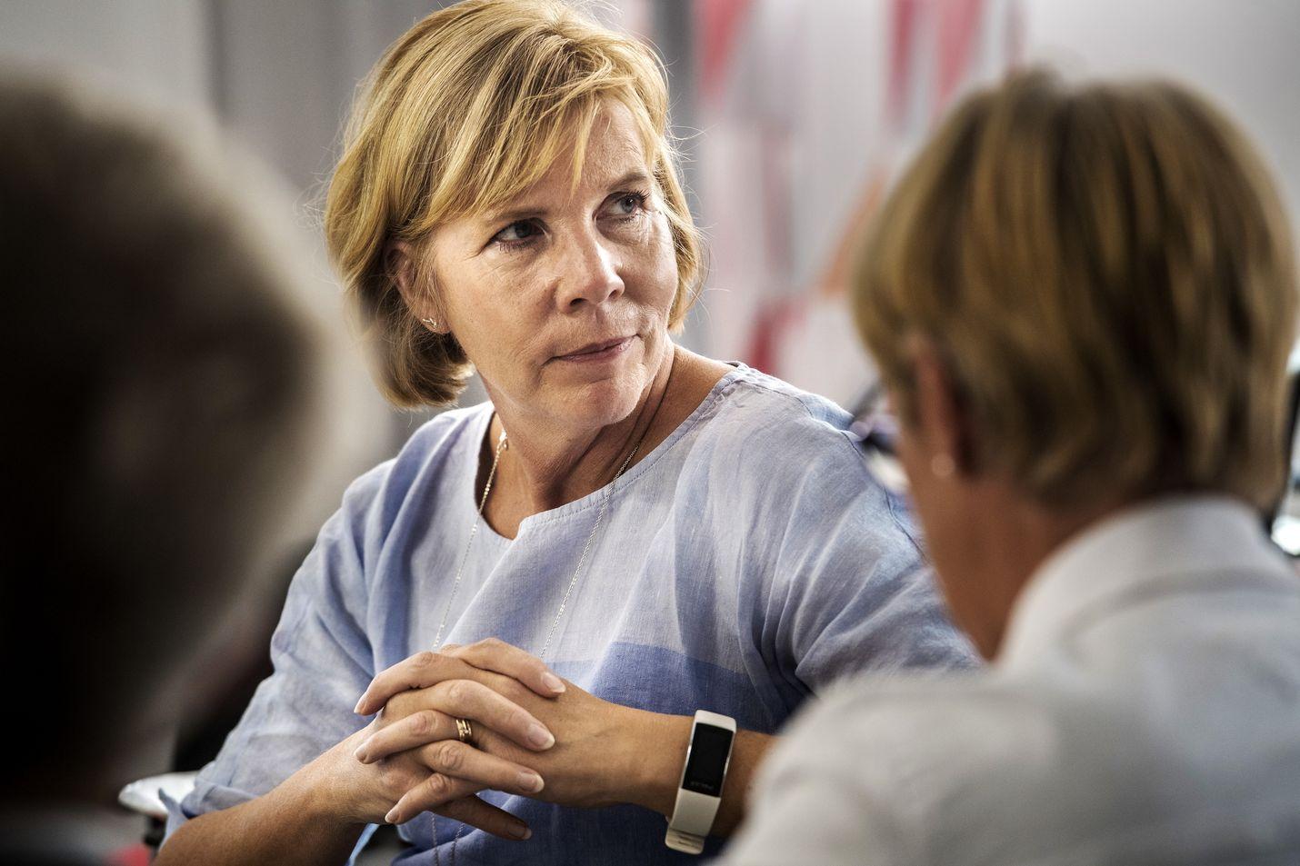 Oikeusministeri Anna-Maja Henriksson (r.) kertoo ryhtyvänsä käymään läpi vankiloiden turvallisuustilannetta ja siihen liittyviä toimia.