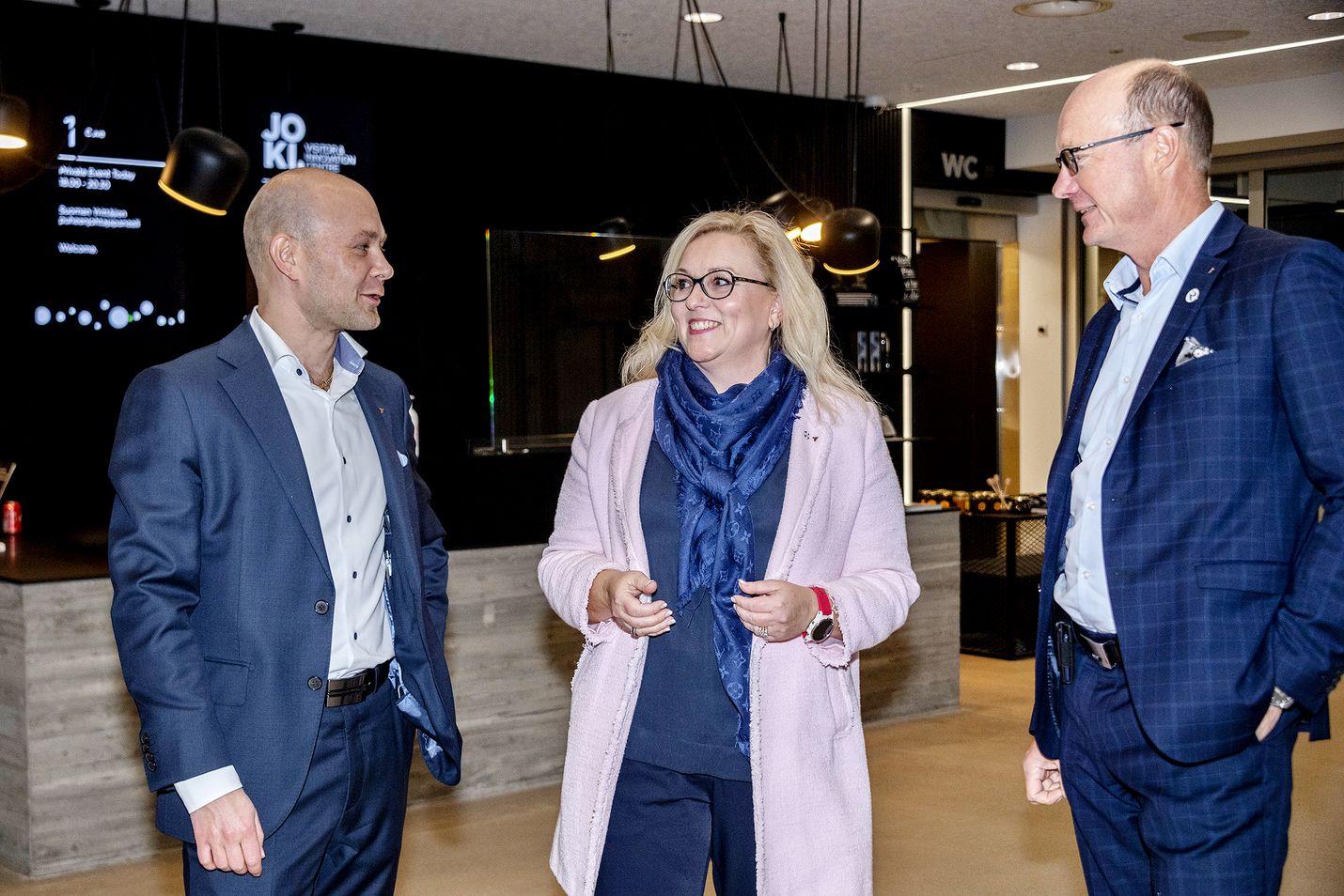 Suomen Yrittäjien puheenjohtajan paikkaa tavoittelevat Petri Salminen Keski-Suomesta (vas.), Nina Rasola Etelä-Savosta ja Antti Rantalainen Uudeltamaalta.