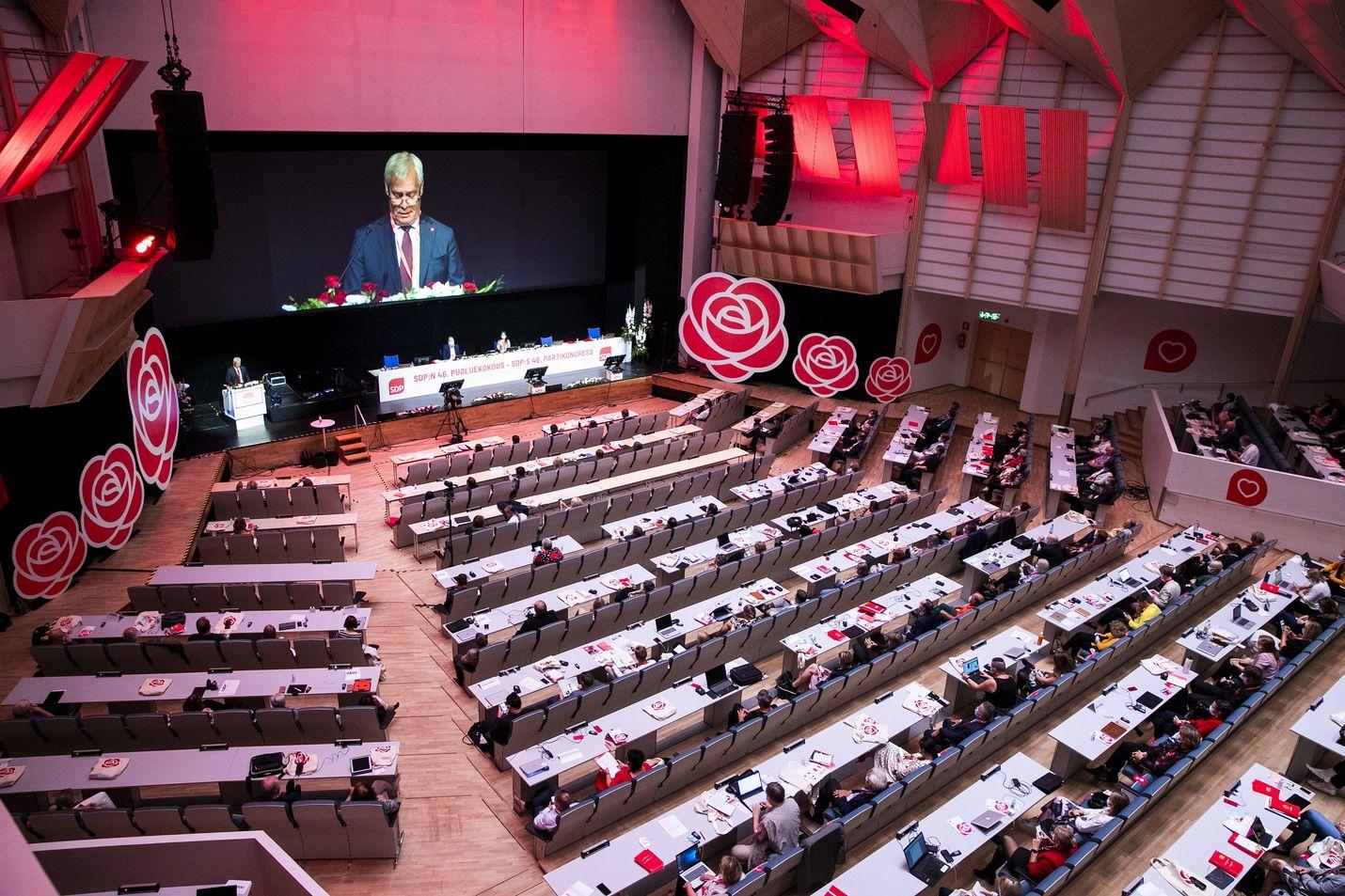 Aatteen paloa Tampereella. Sdp:n elokuisen puoluekokouksen visuaalinen ilme ei jättänyt epäselväksi, kumman poliittisen laidan kokouksesta oli kyse.