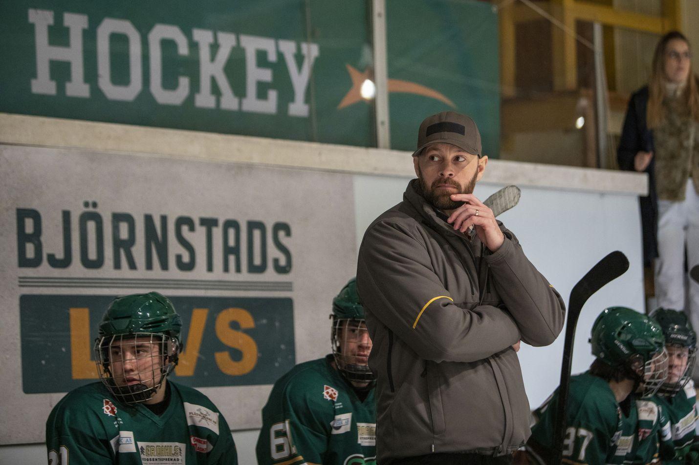 HBO-sarjassa entinen NHL-pelaaja Peter Andersson (Ulf Stenberg) saapuu pelastamaan kotikaupunkinsa jääkiekkojoukkueen, joka on paikkakunnan identiteetin ja toivon luoja.