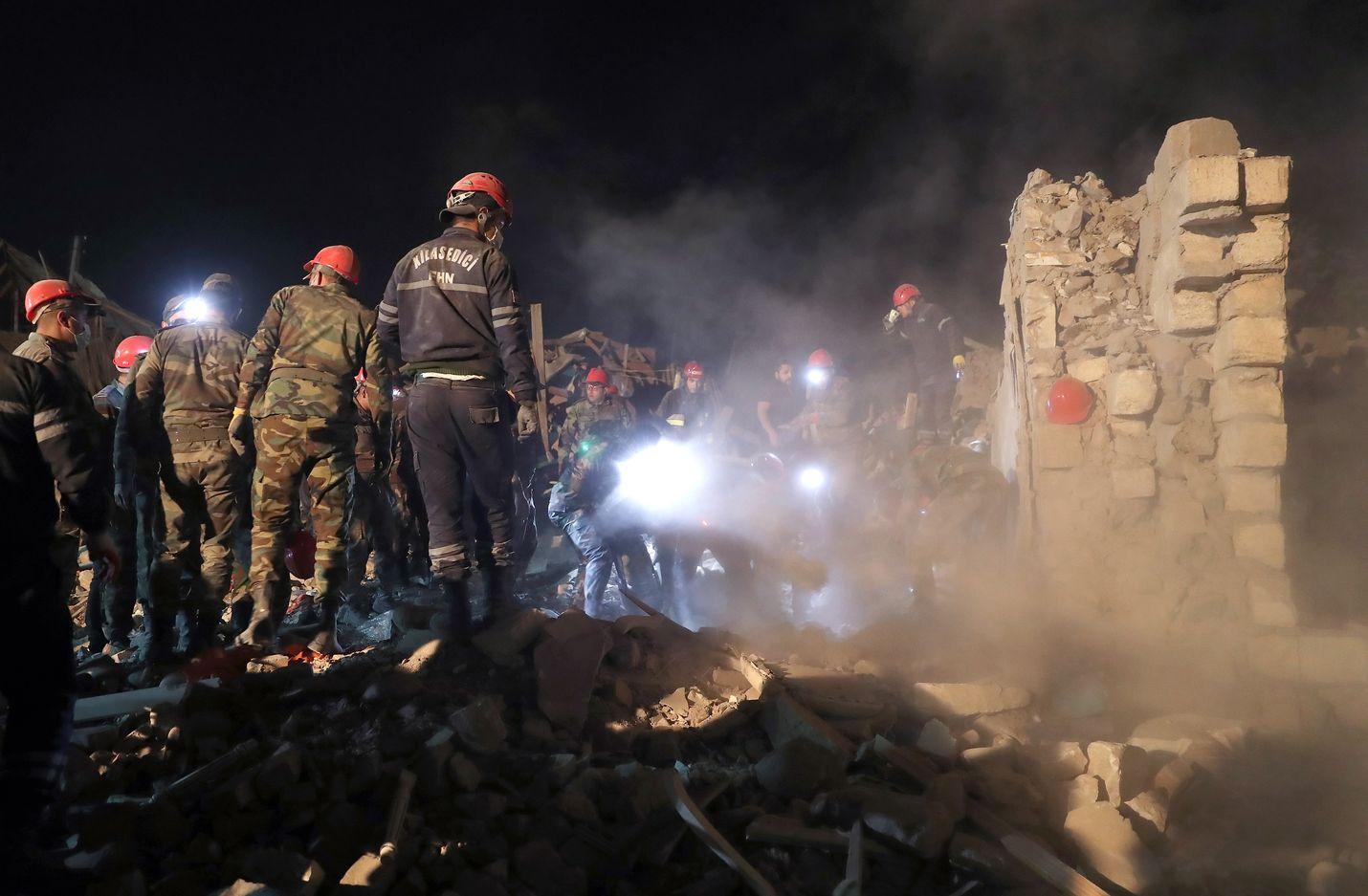 Azerbaidzhanilaiset pelastustyöntekijät kiersivät tuhoutuneiden kotien raunioissa Ganjan kaupungissa lauantaina. Siviilien asuinalueille kohdistuneissa iskuissa kuoli perjantaina useita ihmisiä.