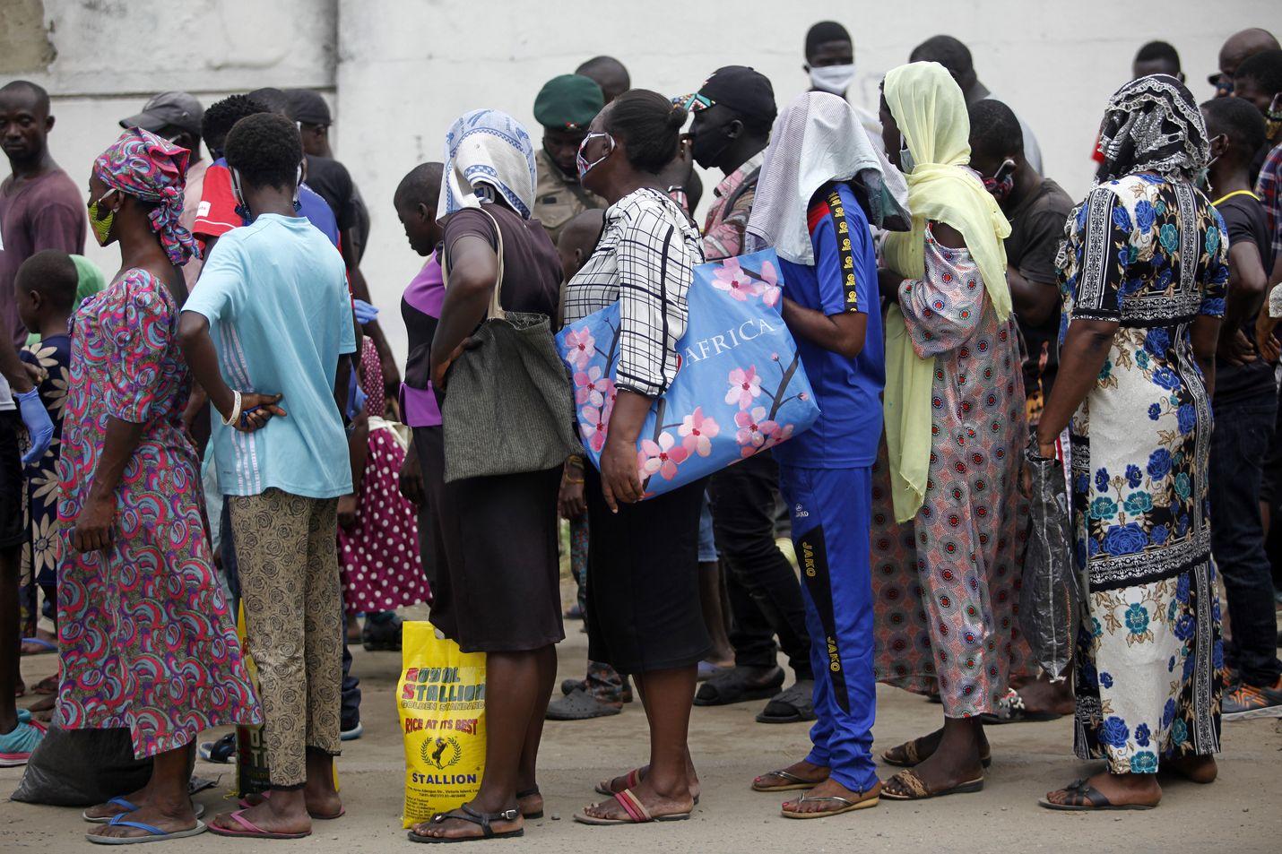 Nigerian pääkaupungissa Lagosissa ihmiset jonottivat ruoka-apua toukokuussa.