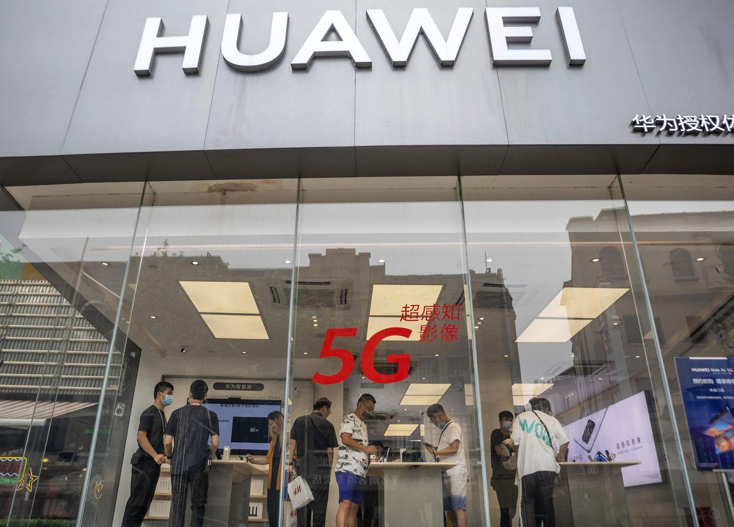 Asiakkaat katselivat Huawein tuotteita kesällä yhtiön myymälässä Shanghaissa Kiinassa.