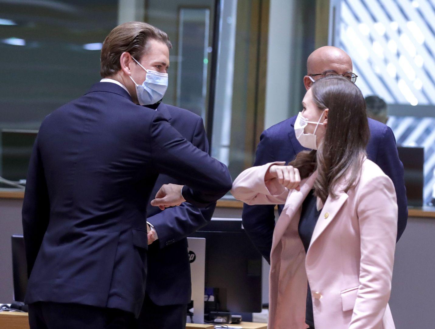 Euroopan unionin tilaisuuksissa kyynärpäätervehdys on tullut kättelyn tilalle. Tervehtimässä Itävallan liittokansleri Sebastian Kurz ja Suomen pääministeri Sanna Marin.