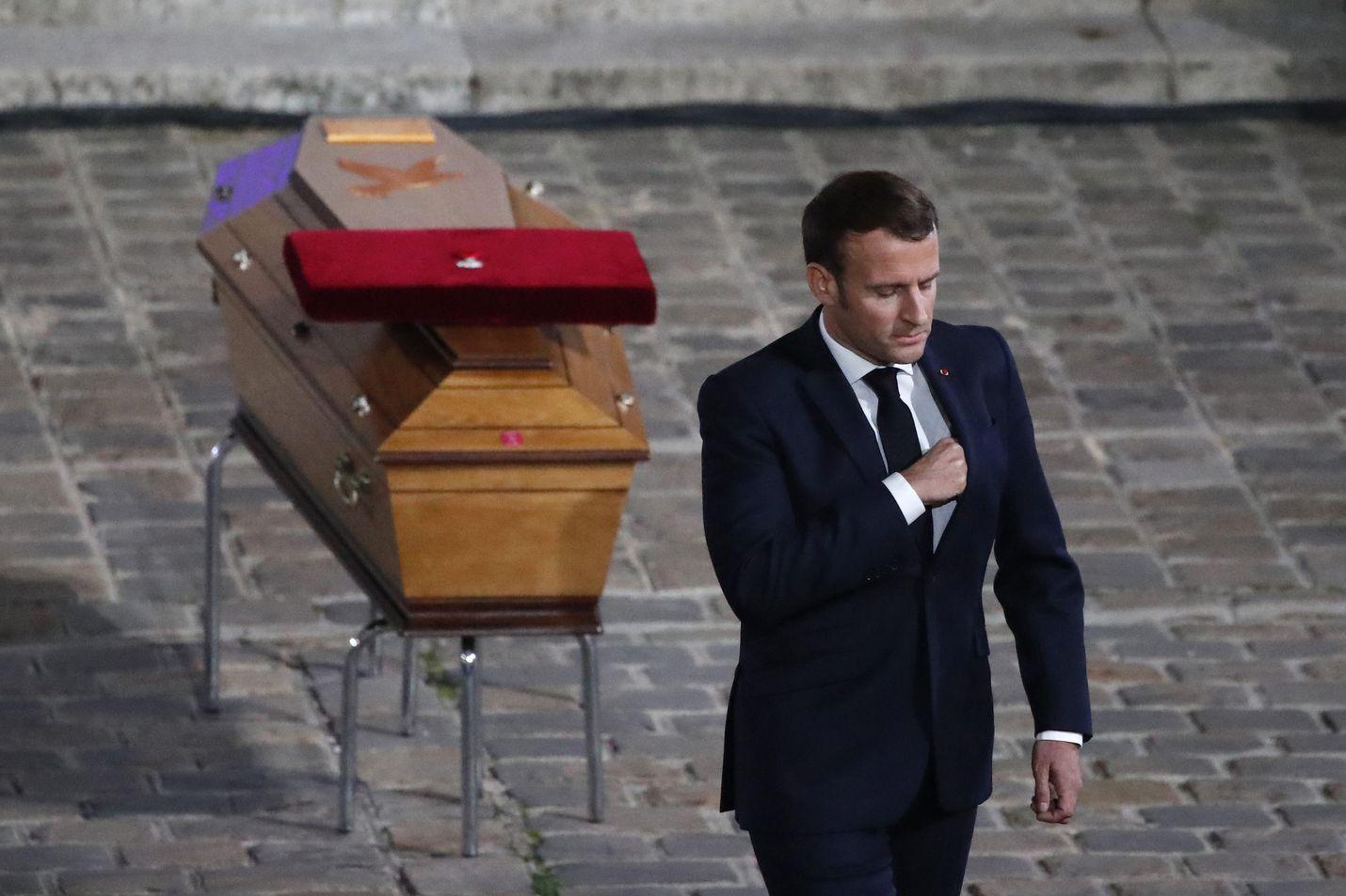 Ranskan presidentti Emmanuel Macron näytti silminnähden herkistyneeltä, kun hän puhui veitsi-iskussa murhatun opettajan muistotilaisuudessa Sorbonnen yliopistossa Pariisissa.