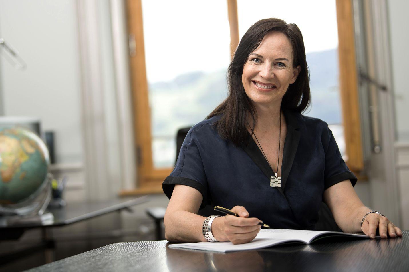 Pälvi Pulli istuu Sveitsin puolustusministeriössä Bernissä. Hän työskenteli siellä jo vuosina 1999–2006. Turvallisuuspoliittiseksi johtajaksi hänet nimitettiin 2018.