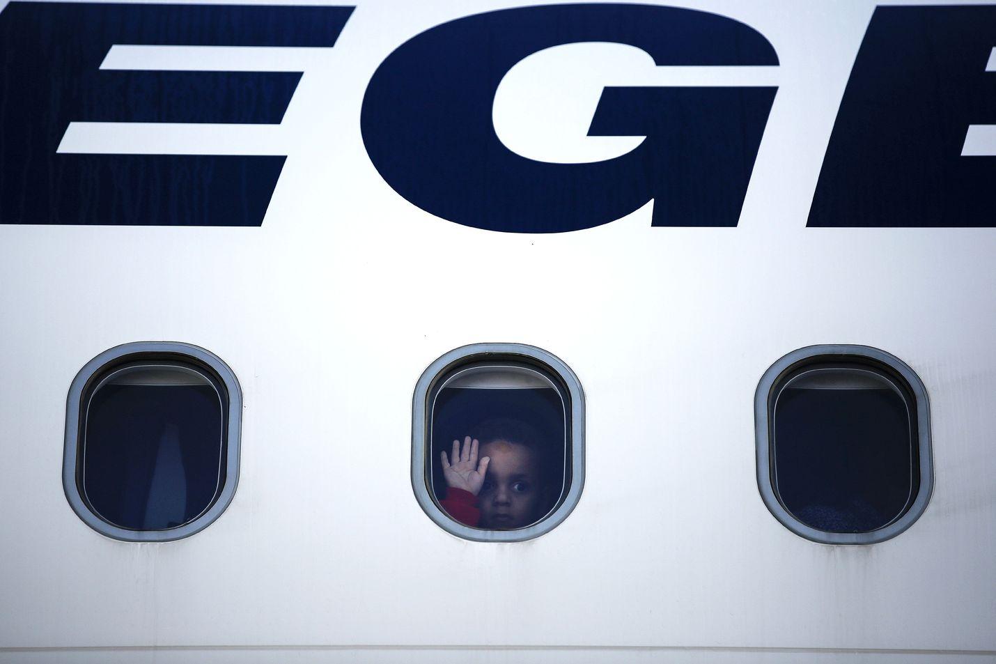 Alaikäisiä turvapaikanhakijoita siirretään Kreikasta parhaillaan eri puolille Eurooppaa. Kuvan lento lähti Saksaan lokakuun puolivälissä.
